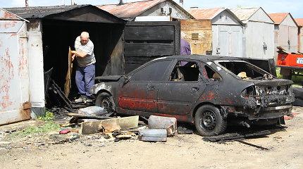 Naktinis gaisras Panevėžyje nuniokojo penkis garažus, sudegė automobilis