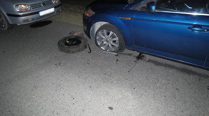 Pakruojo r. BMW pervažiavo automobilio ratą keitusio vyro kojas: žmogaus nematė