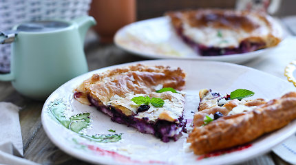 Sezoninis skanėstas: sluoksniuotos tešlos pyragas su figų ir gervuogių įdaru