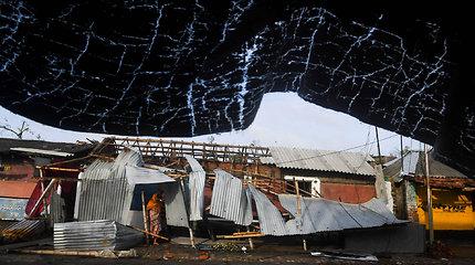 Galingam ciklonui pasiekus Bangladešą evakuota šimtai tūkstančių žmonių