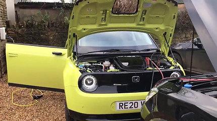 """Kaip tai paaiškinti: pilnai įkrautą elektrinį """"Honda E"""" pavyko įjungti tik laidais prijungus donorą """"Cupra Formentor"""""""