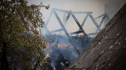 Vilniuje Šnipiškėse užsiliepsnojo medinis namas