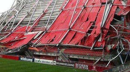 Nyderlanduose įgriuvo remontuojamo stadiono stogas, prispausti ten buvę žmonės