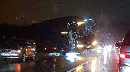 Prie Vilniaus į kelkraštį nuslydęs autobusas užtvėrė vieną eismo juostą