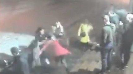 Moterys pasijuto kaip ringe: atsisveikinimas po vakarėlio Alytaus bare virto masinėmis muštynėmis
