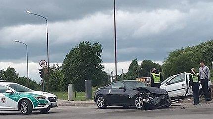 """Šiauliuose per avariją sudaužytas sportinis """"Nissan"""" automobilis"""
