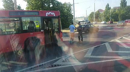 Vilniuje susidūrę taksi ir autobusas sujaukė kelionę ne tik savo keleiviams