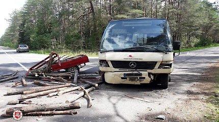 """Medienos į priekabą prisikrovęs """"Moskvič"""" vairuotojas pastojo kelią autobusui """"Mercedes"""""""