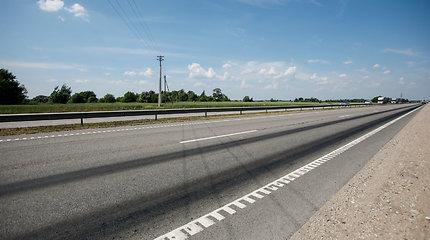 """Ties Kaunu dėl karščio lydosi """"Via Baltica"""" asfaltas"""