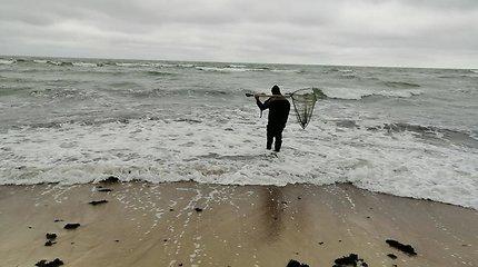 Po audros jūra padovanojo gintarinių laimikių.