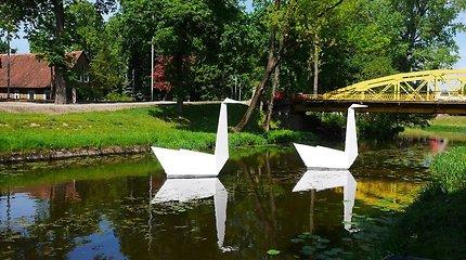 Unikalūs meno objektai Šilutėje: meno mokykla miestui sukūrė gulbes, kiškius ir po stiklu slypinčius pasaulius
