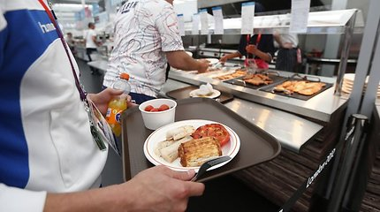 Japonijos greito maisto restorane vietoj vandens patiektas skiestas baliklis