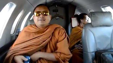 """Prabangą pamėgęs nusikaltėlis vienuolis šokiravo Tailandą: privatus lėktuvas, 22 """"Mercedes-Benz"""" ir """"Louis Vuitton"""" rankinės"""