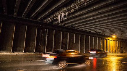 Didžiulis varveklis Geležinio Vilko gatvės tunelyje kelia grėsmę vairuotojams