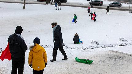 Saugo čiuožinėtojus: pavojingą stulpą prie Išganytojo kalno apkasė sniegu