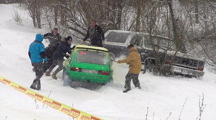 """""""Winter Rally"""" pusnyse strigo ir dalyviai, ir žiūrovai su visureigiais"""
