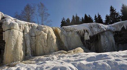 Kerintis Estijos krioklys žiemą virsta ledo urvu