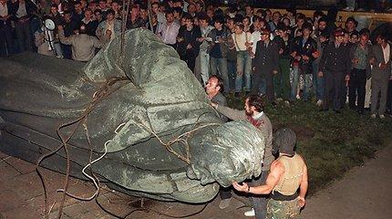 Kaip Rusijoje griuvo tironų statulos: nuvertė Staliną, F.Dzeržinskį, bet niekas nepasikeitė