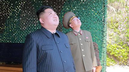 """Šiaurės Korėja pasmerkė Japonijos lyderį ir pagrasino paleisti """"tikrą balistinę raketą"""""""