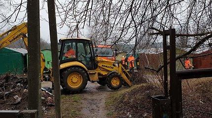 Karoliniškėse tvarkomas metalinių garažų teritorijoje buvęs nelegalus sąvartynas