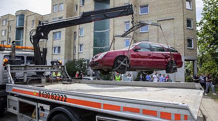 Bešeimininkių automobilių nutempimo darbai Paribio gatvėje Vilniuje
