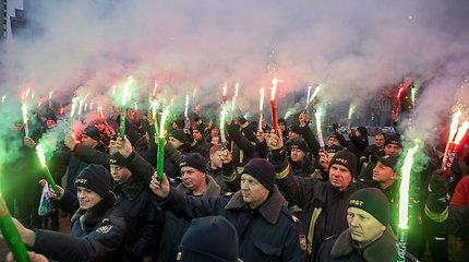 Prie Seimo protestavę pareigūnai: tai, kad šiandien degė fakelai, nereiškia, kad rytoj nedegs padangos