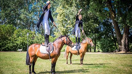 Savaitgalį į Pakruojo dvarą kviečia arklio galiomis varomos dvariškos Jurginės