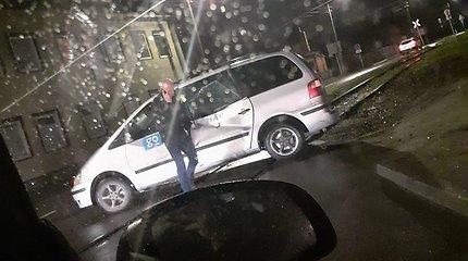 Kaune taksi automobilis pervažoje kliudė šilumvežį