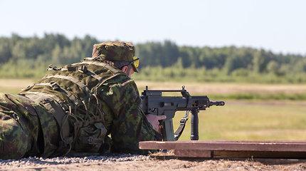 Vyriausybė: kariai savanoriai turi rinktis tarp tarnybos ir politikos