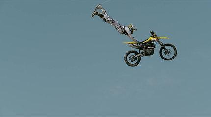 Ekstremalai savo motociklus privertė skraidyti