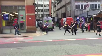 Mančesteryje įtampa neslūgsta: išsigandę žmonės bėgo iš evakuoto prekybos centro