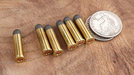 Būna ir taip: 3 monetos, kurios apgynė kareivius nuo kulkų ir išgelbėjo jų gyvybes
