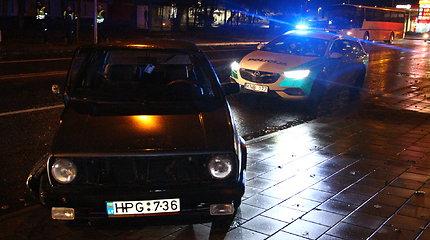 """Panevėžyje girtas """"Volkswagen"""" vairuotojas rėžėsi į stulpą"""