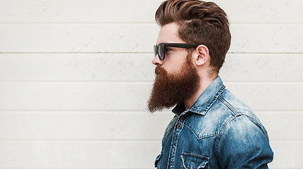 Skustis atsisakantis barzdotas jaunimas verčia nervintis skutimosi industriją