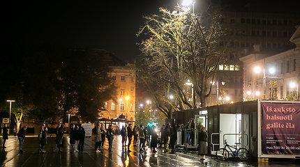 Paskutinės išankstinio balsavimo dienos žmonių eilė Lukiškių aikštėje