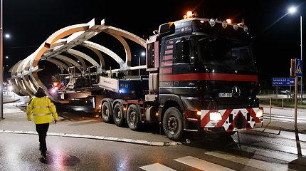 170 tonų sveriantį tiltą į Jonavą gabeno naktį šešiais krovininiais automobiliais: teko demontuoti dalį kelio ženklų