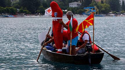 Plaukdamas surištomis kojomis ir užrištas maiše bulgaras pasiekė pasaulio rekordą