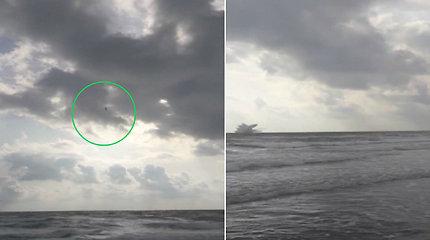 Liudininkas nufilmavo pražūtingą tragediją: mokomasis lėktuvas vertikaliai smigo žemyn ir rėžėsi į vandenį