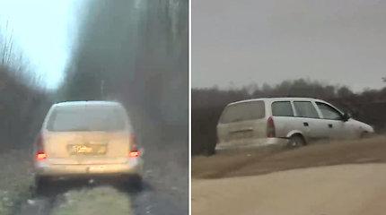 """Pareigūnams nesustojusiam """"Opel"""" vairuotojui pasprukti nepavyko – savo kelionę baigė dirvonuose"""