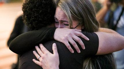 Žmonės gedi kino aikštelėje netyčia nušautos operatorės Halynos Hutchins