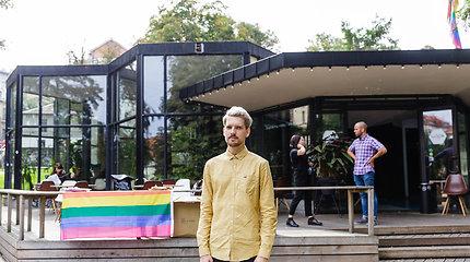 "R.Zabarausko išdalintos vaivorykštės spalvų vėliavos kyla visame mieste: ""Ačiū už tai"""