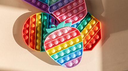 """Spalvingi """"Pop it"""" žaislai vaikams – naujas žaismingas būdas lavinti mažųjų dėmesį bei mažinti stresą"""