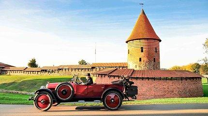 Senoviniai automobiliais atkartos Baltijos kelią