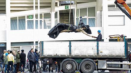 Neišbuvo nė trijų mėnesių: Malmės vandalai galutinai suniokojo Zlatano skulptūrą