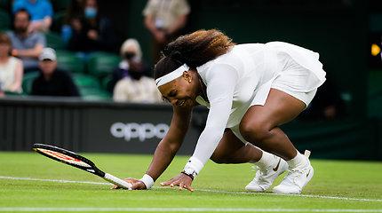 Ant šlapios žolės paslydusi Serena Williams su ašaromis pasitraukė iš Vimbldono