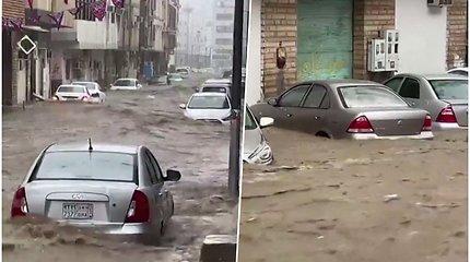 Gausūs krituliai sukėlė potvynį Mekoje – vanduo iki pusės apsėmė gatvėje stovėjusius automobilius