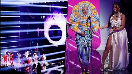 MTV apdovanojimų ceremonija neapsiėjo be skandalų – McGregoras gėrimu apipylė Machine Gun Kelly