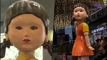 """Dovana """"Squid game"""" serialo gerbėjams – prekybos centre lėlė žaidžia su lankytojais"""