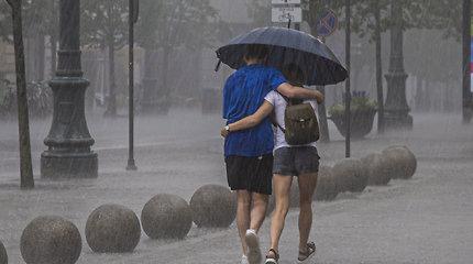 Eidami iš namų nepamirškite skėčio – į šalį atkeliauja lietaus banga