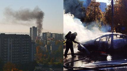 """Vilniuje dėl užsidegusio """"Toyota Prius"""" dangus paskendo dūmuose"""